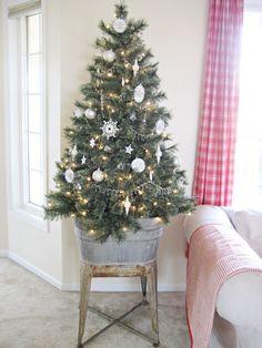 25 Outdoor Christmas Apartment Decor - My dream modern Small Christmas Trees, Simple Christmas, Christmas Holidays, Christmas Crafts, Xmas Tree, White Christmas, Beautiful Christmas, Tabletop Christmas Tree, Minimalist Christmas