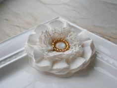 Blanco de capas de tela flor cristal oro perlas Clip / broche Pin Combo