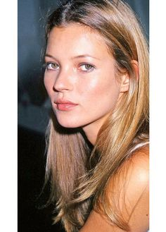 Kate Moss is an English model, fashion designer and businesswoman, who rose to fame in the as part of the heroin chic fashion trend. One of the world's leading models, Kate Moss h… Kate Moss Joven, Pretty People, Beautiful People, Kate Moss Stil, Queen Kate, Miss Moss, Grunge Hair, Pretty Face, Ideias Fashion