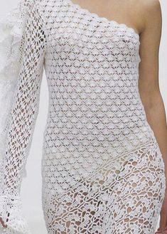 crochelinhasagulhas: Vestido de um ombro só branco em crochê Crochet Wedding Dresses, Crochet Summer Dresses, Black Crochet Dress, Crochet Cardigan, Thread Crochet, Crochet Stitches, Knit Crochet, Bikinis Crochet, Haute Couture Gowns