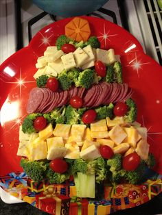 Christmas Tree Veggie & Cheese tray - I'd use yellow pepper or pineapple for Star