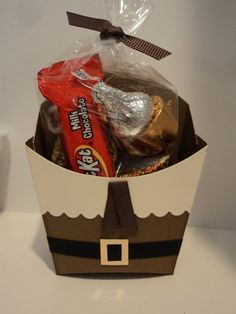 Who knew Pilgrims and a fry box would make a lovely couple? Here is my version of a Thanksgiving treat holder that I had seen done by Tam. Fall Crafts, Holiday Crafts, Holiday Fun, Crafts For Kids, Diy Crafts, Candy Crafts, Paper Crafts, Fry Box, Thanksgiving Favors