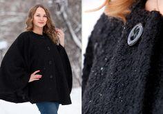 Женское демисезонное пальто выполнено из плотного буклированного полушерстяного трикотажного полотна чёрного цвета.