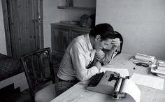 Pier Paolo Pasolini nella casa di Sabaudia, seduto al tavolo da lavoro, mentre scrive e corregge l'articolo «Due modeste proposte per eliminare la criminalità in Italia» pubblicato sul «Corriere della Sera» pochi giorni prima della morte e poi raccolto nel libro «Lettere Luterane»