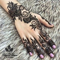 Putting Mehndi on their hands and getting all ready for the evening pooja is our custom. Here are the top 20 Mehndi Designs for Karwa Chauth. Stylish Mehndi Designs, Beautiful Mehndi Design, Best Mehndi Designs, Bridal Mehndi Designs, Mehndi Designs For Hands, Mehandi Designs, Bridal Henna, Henna Designs For Men, Arabic Mehndi Designs