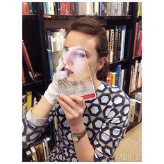 Case: #sleeveface フランスの書店・librairie mollatが、Instagramを活用して一風変わったプロモーションを実施しています。 例えば、下記の投稿では本の