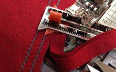 Как шить трикотаж на швейной машинке: 5 способов ДВОЙНАЯ СТРОЧКА   Как шить трикотаж на швейной машинке: 5 способов  Детали стачиваются двумя прямыми или зигзагообразными строчками, которые выполняются параллельно, на расстоянии 3 мм друг от друга. Сначала проложите одну строчку с припуском в 1,5 см. Затем отступите примерно 3 мм в сторону среза и проложите вторую строчку. Излишки припуска срежьте близко к строке.  Чтобы сохранить эластичность трикотажа, во время стачивания двумя прямыми…
