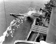 Bataille du golfe de Vella 6 AOUT 1943 Une escadre de 4 destroyers japonais (Hagikaze, Arashi, Shigure et Kawakaze), commandé par le capitaine Kaju Sugiura, est interceptée dans la nuit du 6 au 7 août dans le golfe de Vella par le Task group 31.2 américain. Cette dernière comprend 6 destroyers (USS Dunlap, USS Craven, USS Maury, USS Lang, USS Sterett et USS Stack) L'USS Dunlap tirant une torpille à babord (ici à l'excercice le 3 juillet 1942)