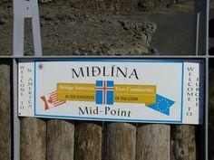 """Justo en la mitad del puente hay una placa que dice """"Midlina, en los escalones de los dioses"""" y funciona como límite entre la placa eurasiática y la Norteamericana. Ambos lados están marcados con letreros que dicen """"Bienvenido a América"""" y """"Bienvenido a Europa"""". http://thewow.com.mx/2013/09/midlina-el-punto-donde-se-encuentran-y-se-separan-dos-placas-tectonicas-fotos/"""