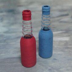 Lindas garrafas decoradas para embelezar seu ambiente, podendo ser usadas de vaso de flor, aromatizador ou apenas para decorar. Valor individual da garrafa, disponível na cor azul e vermelha, outras cores entre em contato para encomendar.