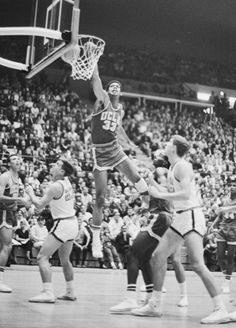 Kareem Abdul-Jabbar is known as one of the greatest basketball players in history. During his professional career with the Milwaukee Bucks and Los Angel… Ucla Basketball, Basketball Photos, Kentucky Basketball, Basketball Legends, Basketball Players, Kentucky Wildcats, Soccer, College Hoops, College Football