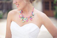 Acessórios coloridos para noivas. #casamento #colar #noiva #acessório #cores