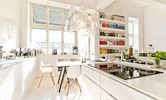 biały dom z kolorowymi dodatkami