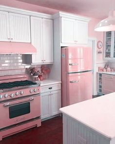 Kitchen Decor Ideas 33 Awesome Retro Kitchen Design Ideas Beautify Your Garden With A Bridge A good Cocina Shabby Chic, Shabby Chic Farmhouse, Shabby Chic Cottage, Shabby Chic Pink, Shabby Chic Decor, Ranch Style Homes, Pink Houses, Cuisines Design, Vintage Kitchen