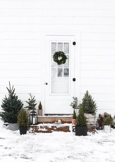 Simple Outdoor Christmas Decor (The Merrythought) Einfache Outdoor-Weihnachtsdekoration Christmas Porch, Farmhouse Christmas Decor, Outdoor Christmas Decorations, Holiday Decor, Acorn Decorations, Christmas Wreaths, Modern Christmas Decor, Christmas Villages, Victorian Christmas