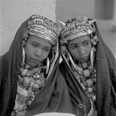 - Besancenot Jean (1902-1992) - Femmes des Aït Herbil avec leurs abondantes parures.- Arago
