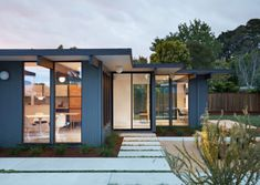 Klopf Architecture has renovated a mid-century modern home in northern California that was built by post-war real-estate developer Joseph Eichler. Casa Eichler, Maison Eichler, Joseph Eichler, Style At Home, Moderne Pools, Balkon Design, California Cool, Northern California, Modern Exterior