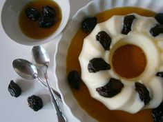 Manjar de coco e ameixas  http://www.pimentadoce.net/manjar-de-coco-com-ameixas/