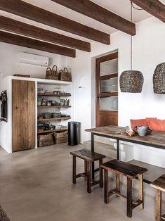 Muebles de madera y lamparas de mimbre en una cocina de estilo rustico House Design, White Kitchen Decor, House, Home, Kitchen Decor, Dining Room Combo, White Modern Kitchen, Country Kitchen, Rustic House