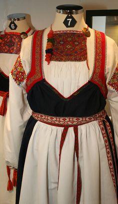 Kansallispuvut ovat pukuhistorian asiantuntijoiden kokoamia uusintoja perinteisistä juhla-asuista, joita käytettiin 1700- ja 1800-luvuilla. Ne perustuvat alueensa ja aikakautensa tyypillisiin kansan eli rahvaan pukeutumistapoihin. Oulu (Finland)