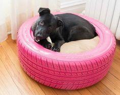 PNEU BOM PRA CACHORRO   pneu ficou velho para o carro? Se pintá-lo com tinta especial para borracha e colocar uma almofada no meio da circunferência, ele pode virar a mais nova caminha do seu cachorro. ;) #petbed #diy #petdecor #Tecnisa Foto: LushHome