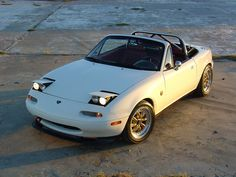 White NA Miata with custom red leather interior and those Valkyrie style twin headlights. Mx5 Na, Mazda Miata, Leather Interior, Race Cars, Retro Fashion, Red Leather, Retro Vintage, Automobile, Twin