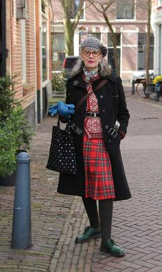 Anne-Marie, queen of mix&match Hipster Grunge, Grunge Goth, Street Style Vintage, Casual Street Style, Over The Top, Quirky Fashion, Fashion Looks, Older Women Fashion, Womens Fashion