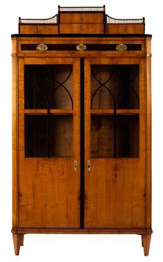 Höhe: 188 cm. Breite: 107 cm. Tiefe: ca. 44 cm. Österreich, um 1820. Aufbau in Weichholz, furniert in Kirsche, partiell ebonisiert. Zweitürig, die Türen in...