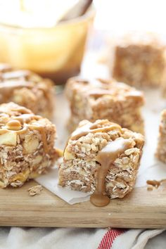 Apple and Oatmeal Rice Krispie Treats. with Gluten Free Oatmeal and Rice Krispies? Rice Krispy Treats Recipe, Rice Crispy Treats, Krispie Treats, Rice Krispies, Crispy Cookies, Yummy Cookies, Yummy Snacks, Yummy Treats, Delicious Desserts