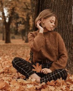 This little forest wins me over every autumn🍁 Staying soft in a knit by 🍂 Model Poses Photography, Autumn Photography, Fall Photo Shoot Outfits, Teen Photo Shoots, Fall Portraits, Foto Casual, Autumn Aesthetic, Winter Mode, Foto Pose