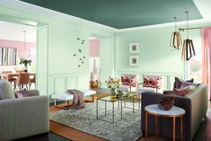 como pintar una habitacion, salon espacioso en tonos pastel, paredes en verde menta, techo en verde oscuro y muebles vintage