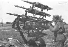 Photo: Red Army soldier from the German anti-aircraft machine gun handicrafts