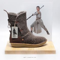 Po-Zu official replica of Star Wars boots worn by Rey Geek Fashion, Star Fashion, Fandom Fashion, Star Wars Rey, Geeks, Rey Cosplay, Star Wars Shoes, Brand Innovation, Star Wars Personajes
