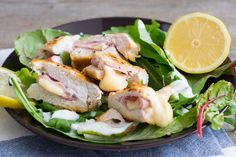 Leckeres Low Carb Hähnchen Cordon Bleu auf Salat Transformation Fitness, Pork Recipes, Potato Salad, Clean Eating, Food And Drink, Lunch, Chicken, Meat, Dinner