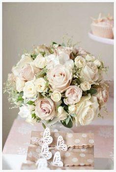 Ramo de novia encantador con rosas y flores pequeñas - Un ramo de novia encantador y elegante, elaborado con rosas y flores pequeñas. Perfecto para aportar el toque de glamour definitivo. Visto en Pinterest, by Kathy Ann