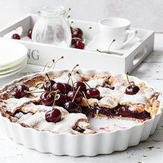 Tarta z czereśniami. Krucha tarta z owocami - czereśniami, wiśniami lub czereśniowiśniami. Cherry pie.