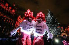 Dos hombres disfrazados presencian un espectáculo de luz durante la inauguración del mercado de Navidad, en la Grand Place de Bruselas.