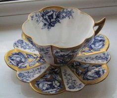Šálek na čaj * bílý porcelán s modrými růžemi, zdobený zlatem.