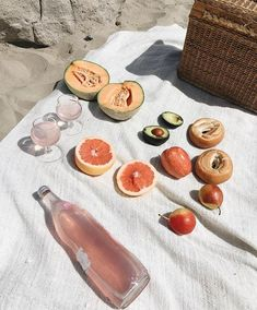 E food beach picnic, summer aesthetic, food photography Summer Aesthetic, Aesthetic Food, Aloe Vera Creme, I Need Vitamin Sea, Beach Picnic, Fresco, Summer Time, Pink Summer, Casual Summer
