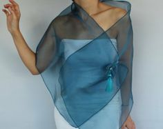 Stole Scarf Shoulder Wrap and Tatting Lace Brooch Pin: Air Force Sapphire Blue Organza. Look Fashion, Fashion Models, Fashion Outfits, Fashion Design, Diy Scarf, Tatting Lace, Mothers Dresses, Long Scarf, Shawls And Wraps
