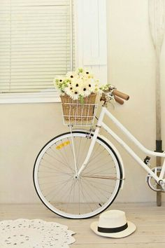 resolution and a white vintage bike Love this sweet picture. White vintage bike and cheery flowers.Love this sweet picture. White vintage bike and cheery flowers. Vintage Love, Retro Vintage, Wedding Vintage, Vintage Flowers, Le Vent Se Leve, Deco Nature, Shades Of White, Vintage Bicycles, Bike Life