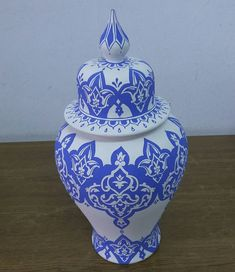Fotoğraf açıklaması yok. Pottery Painting, Ceramic Painting, Jar Art, Blue And White China, Henna Mehndi, Pots, Istanbul Turkey, Tile Art, Glass Art
