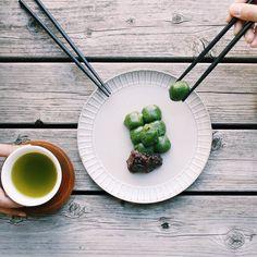 土屋鞄本店にお越しの際は西新井名物草団子をおみやげにぜひよもぎの香りとほどよい甘さのあんこににっこりしてしまいます #土屋鞄 #土屋鞄製造所 by tsuchiya_kaban