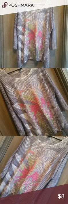 💘 20% off 2 or more 💕 Shimmery silver & white flowy blouse with floral design, 92% nylon, 7% spandex westbound Tops