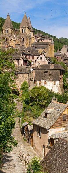 Conques, #Aveyron//L'Aveyron est un département français situé dans la région Occitanie, dans le Sud-Ouest de la France. Il prend le nom de la rivière Aveyron. Il est au centre d'un triangle formé par les villes de Toulouse, Clermont-Ferrand et Montpellier. Wikipédia