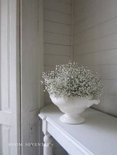 arrangement Baby's Breath in a white vessel White Cottage, Cozy Cottage, Cottage Living, Shabby Cottage, Cottage Style, Shabby Chic, Shabby Look, Ok Design, White Houses