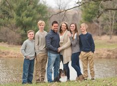 Large family posing | Neutral color scheme | Family photography ideas | Photographers in Ankeny, Iowa