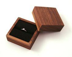 Caja anillo de madera de nogal. Caja del anillo diseño asceta.