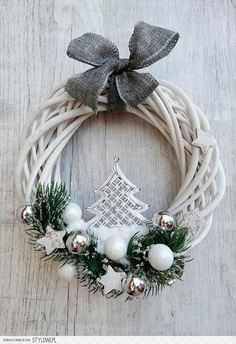 Stylowi_pl_wnetrza_christmas wreath in 39057340 bieli Awesome Christmas Wreaths Ideas For All Types Of Decor świeta - Stylowi.a bit bland, but I like the overall ideawhite and silver wreath Christmas Makes, Noel Christmas, Winter Christmas, Christmas Ornaments, Christmas Yard Decorations, Holiday Wreaths, Diy Wreath, White Wreath, Christmas Inspiration