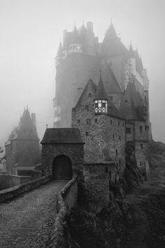 Svartvitt foto av ett medeltida slott.